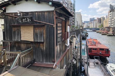 川沿いにある小松屋