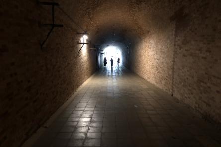 長い魅力的なトンネル